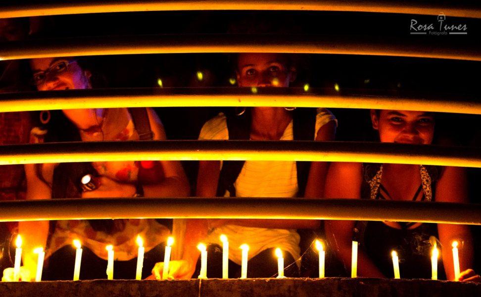 Estudantes acenderam velas em protesto à escuridão da passarela.